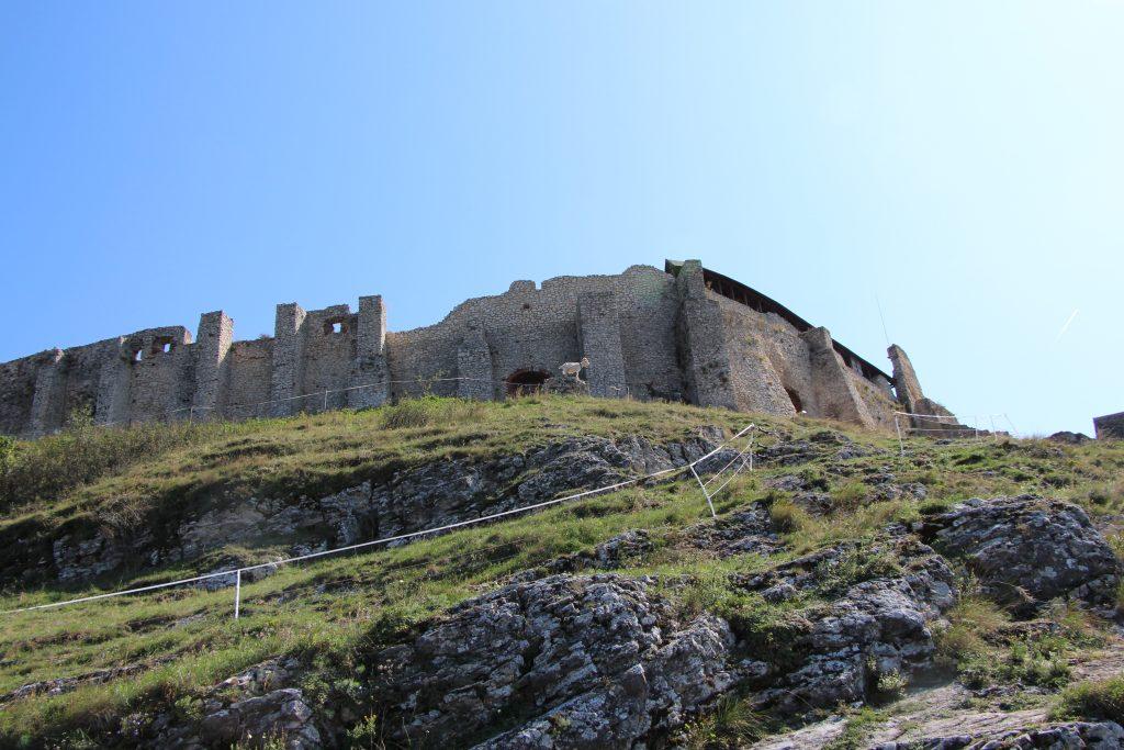 A vár és a szamarak távolról