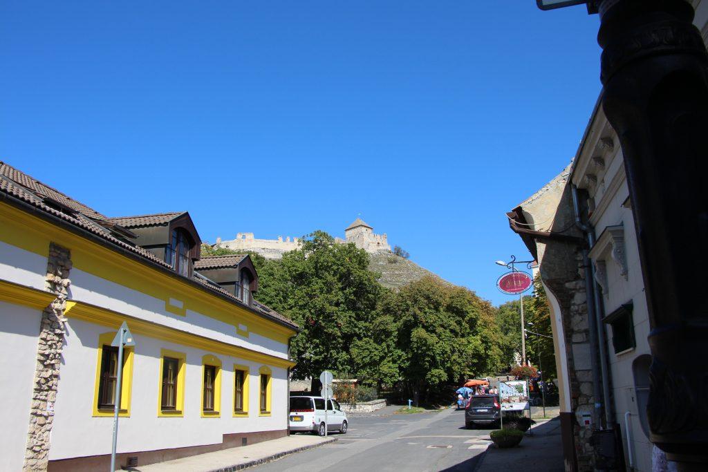 Sümeg belvárosa, háttérben a várral