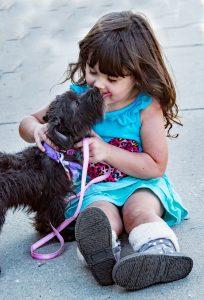 kislány és kiskutya puszi